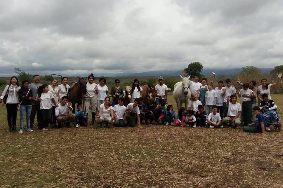 Eramine y Fundación Equinoterapia del Azul trabajando con los chicos de San Antonio de los Cobres.